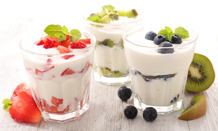 Dietitian snacks yoghurt and fruits